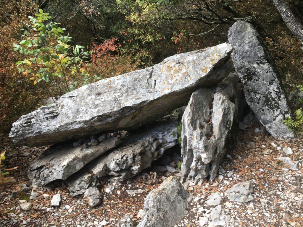 Aven grotte forestière randonnée et dolmens