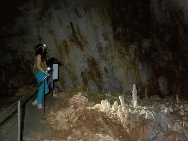 Aven grotte forestière cheminement avec barrière