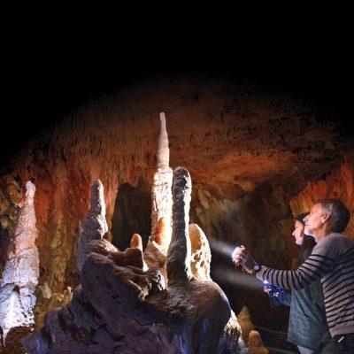 Aven grotte forestière ensemble à l'entrée avec lampes-modifié