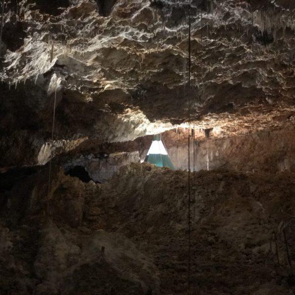 Aven grotte forestière nuitée insolite