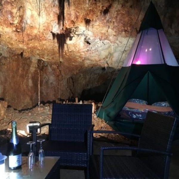 Aven grotte forestière tipi suspendu avec matelas et champagne